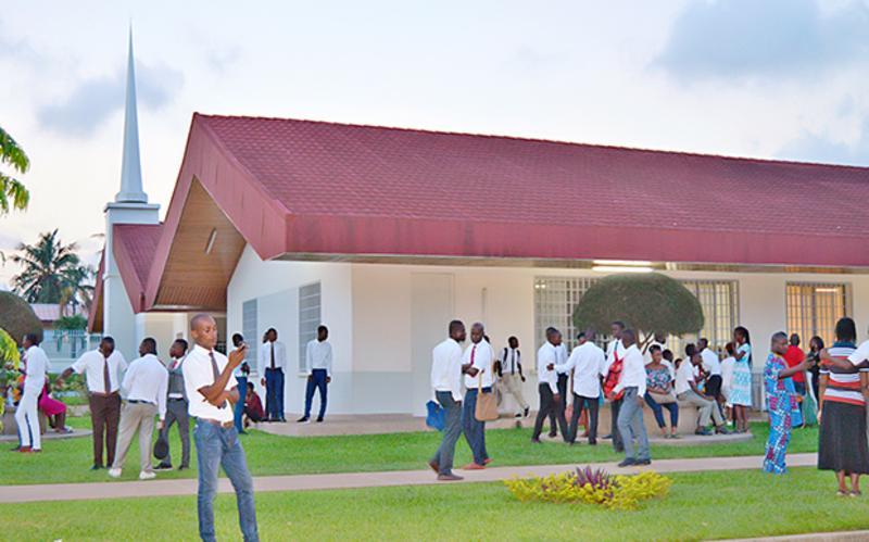 Les familles aux réunions dominicales de l'église