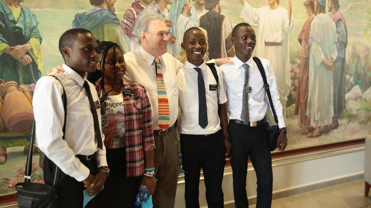 Elder Vinson en compagnie des missionnaires