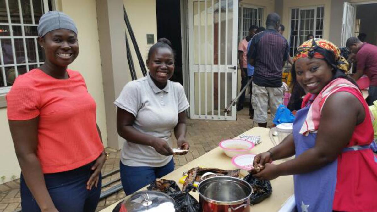 Les femmes en train de préparer de la sauce