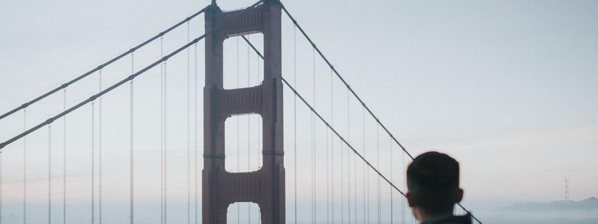 մի մարդ որ նայում է Գոլդեն Գայթ կամուրջին