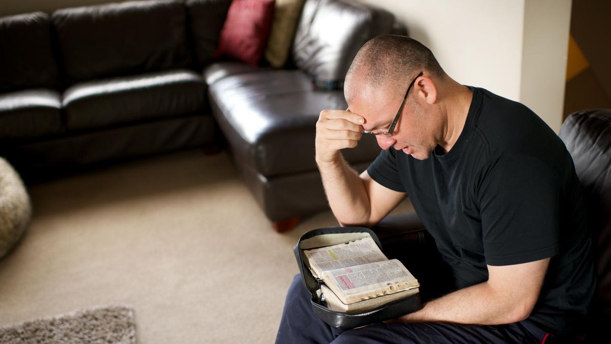 մի մարդ սուրբգրություն ուսումնասիրելուց