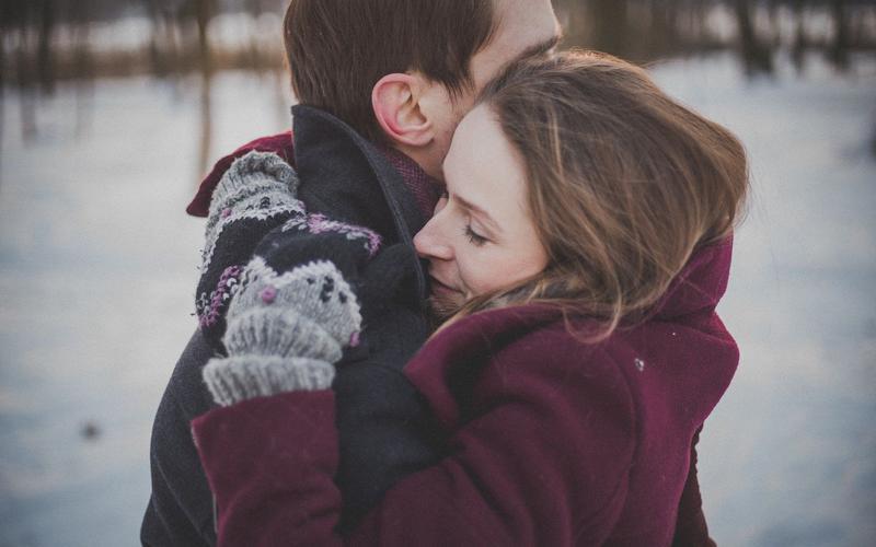 Կին ու ամւսին իրար գրկելուց