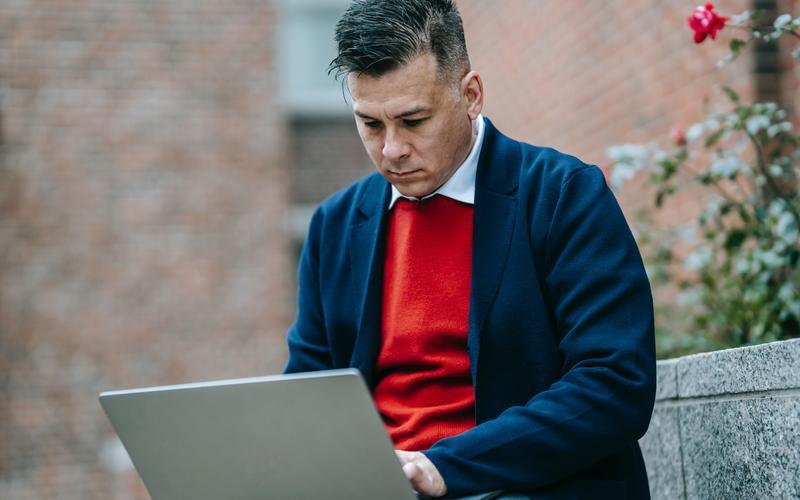 մեկ մարդ որ մասնակցում է առցանց համաժողովի