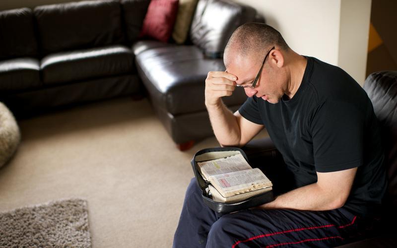 մի մարդ սուրբգրություն ուսումանսիրելուց