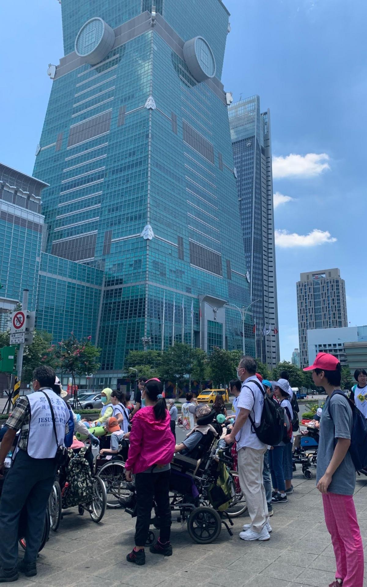 在台北101前集合