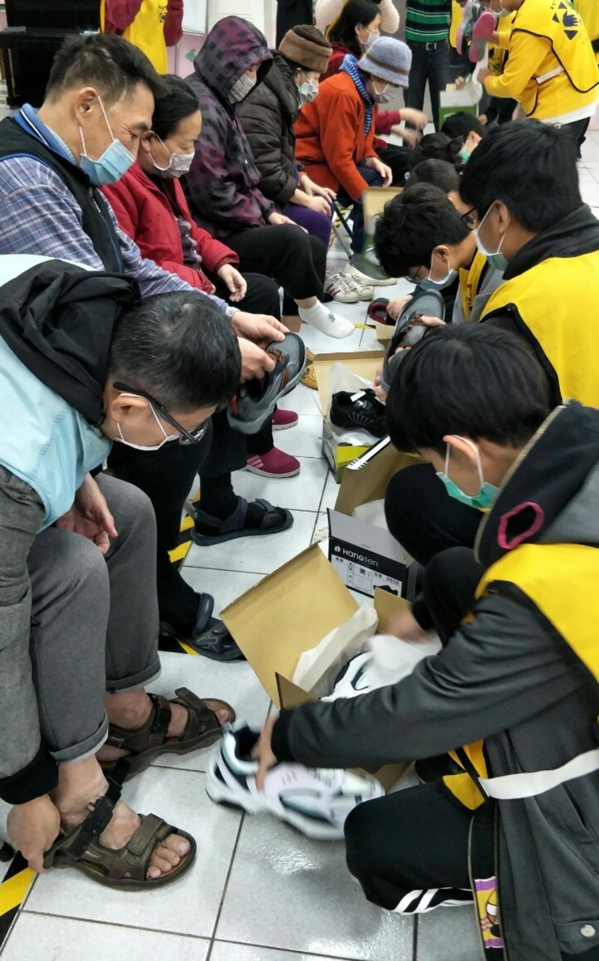 男女青年協助穿鞋