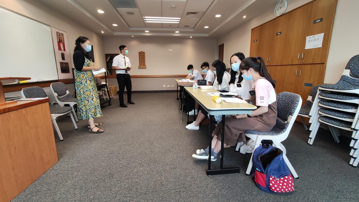 男女青年與他們的教師