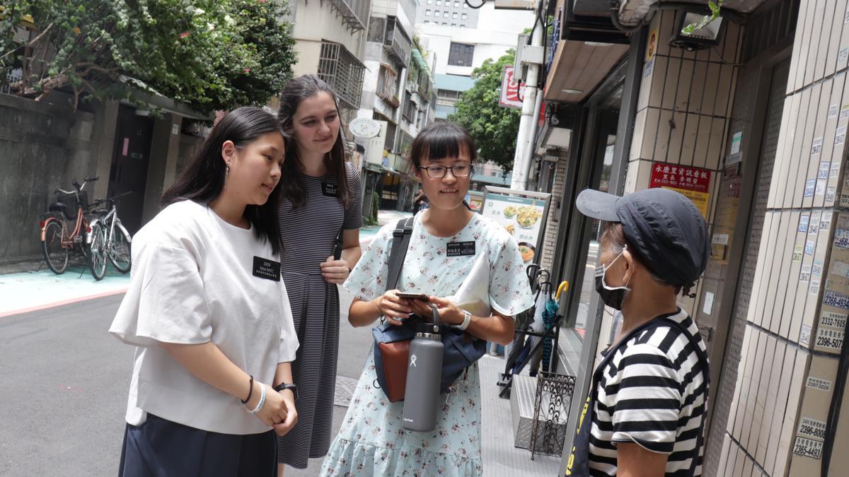 女青年與傳教士在路上接觸人