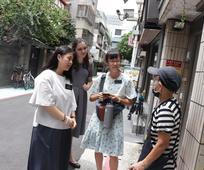 女青年與傳教士一起接觸人
