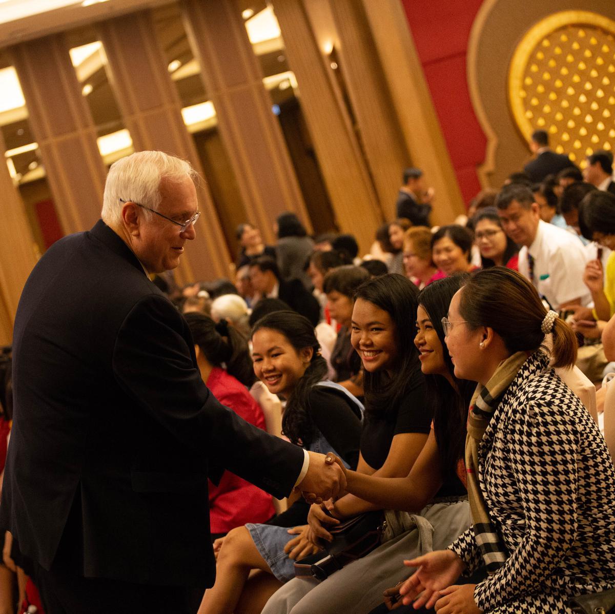 เอ็ลเดอร์เกย์ทักทายสมาชิกที่การประชุมใหญ่พิเศษสเตคกรุงเทพ ประเทศไทย
