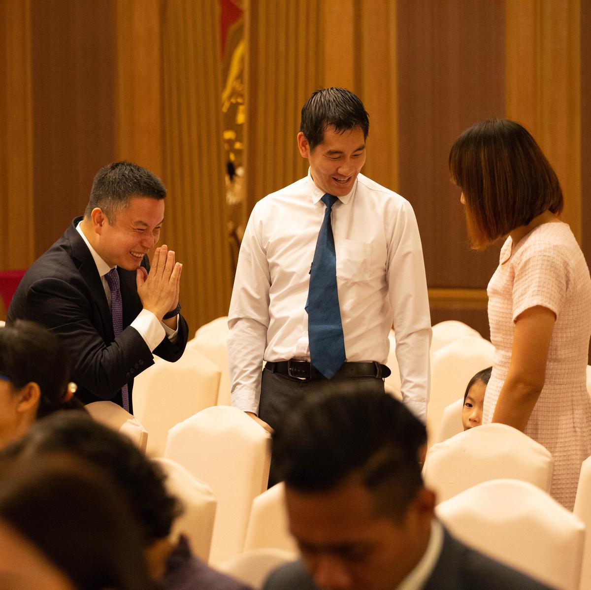 สมาชิกทักทายกันที่การประชุมใหญ่พิเศษของสเตคกรุงเทพ ประเทศไทย