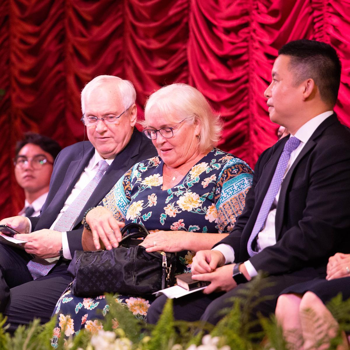 เอ็ลเดอร์เกย์และภรรยาที่การประชุมใหญ่พิเศษสเตคกรุงเทพ ประเทศไทย