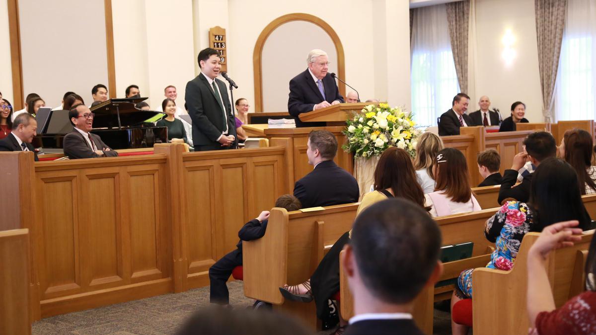 เอ็ลเดอร์บัลลาร์ดให้ข้อคิดทางวิญญาณแก่สมาชิกที่การประชุมใหญ่พิเศษของสเตคกรุงเทพเหนือ ประเทศไทย