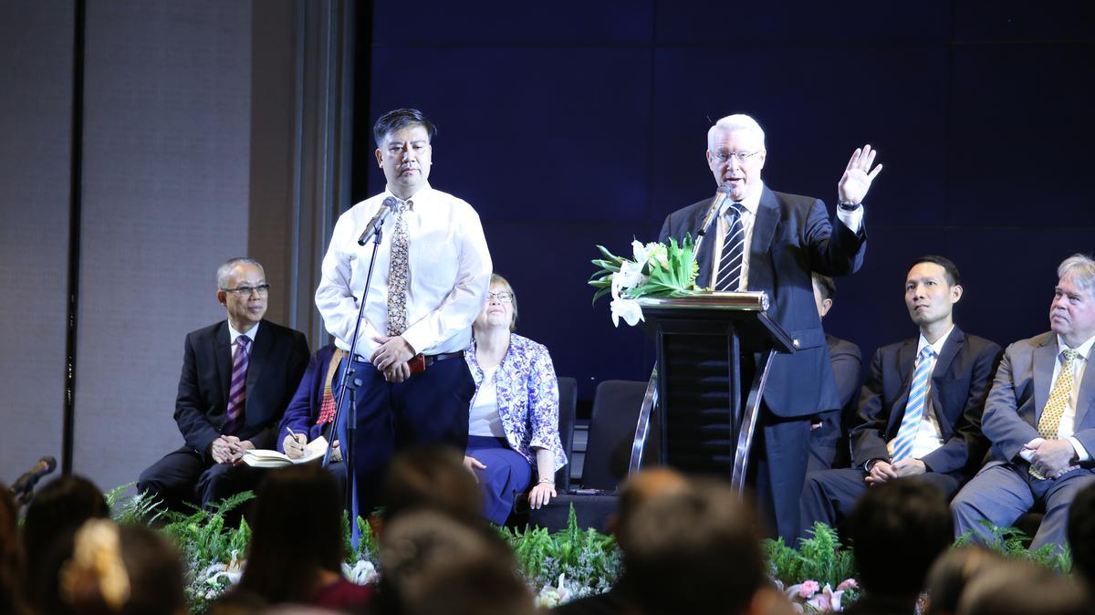 อธิการดีน เอ็ม เดวีส์ให้ข้อคิดทางวิญญาณแก่สมาชิกที่การประชุมใหญ่พิเศษของสเตคกรุงเทพตะวันตก ประเทศไทย