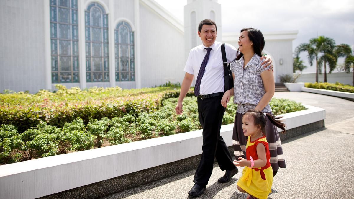 ครอบครัวกำลังเดินในบริเวณพระวิหาร