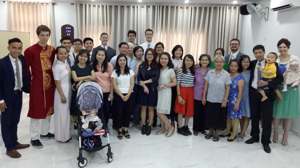 Tiệc Thánh đầu tiên tại chi nhánh Quận 6. Ảnh bởi Huỳnh Ngọc Sơn.