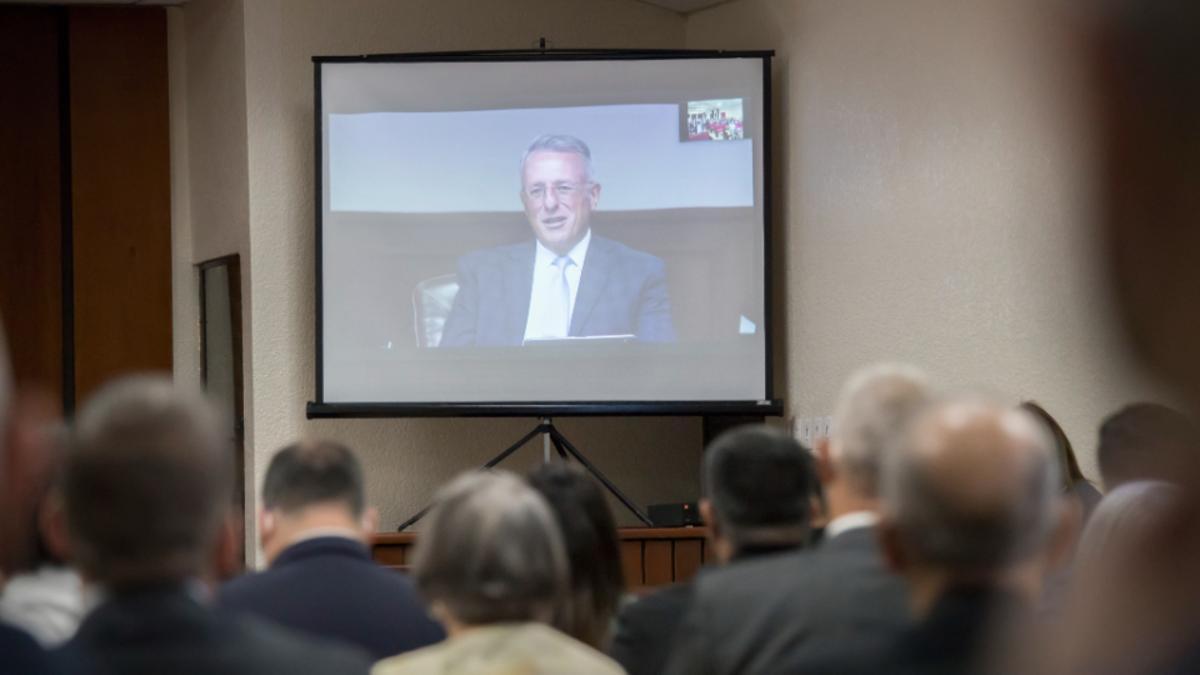 El élder Ulisses Soares del Cuórum de los Doce Apóstoles de La Iglesia de Jesucristo de los Santos de los Últimos Días se dirige a los líderes de la Iglesia de Puerto Rico de manera virtual durante una gira por el Área del Caribe.