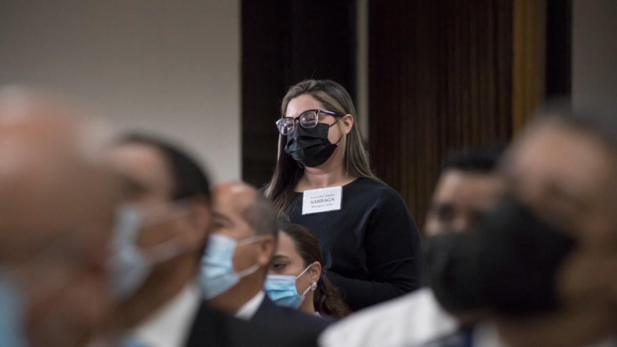 Hermana toma participación durante la capacitación para líderes de Puerto Rico de La Iglesia de Jesucristo de los Santos de los Últimos Días el 21 de agosto de 2021