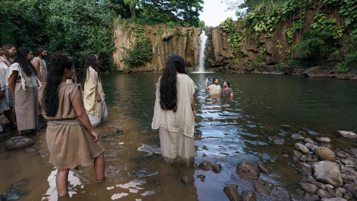 Alma el élder bautiza en las aguas de Mormón.
