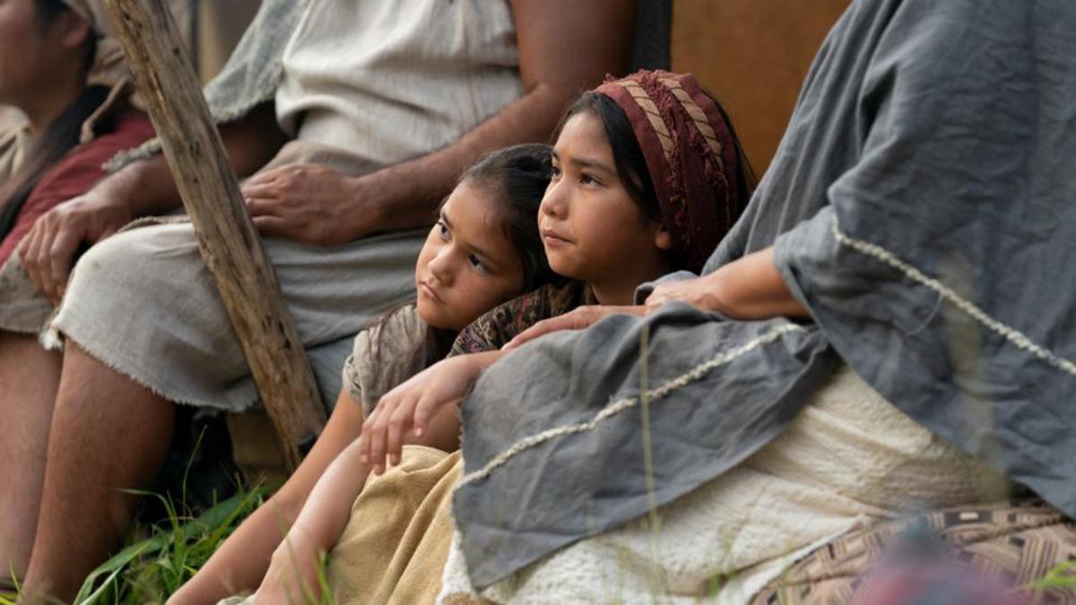 Los niños escuchan el sermón del rey Benjamín.