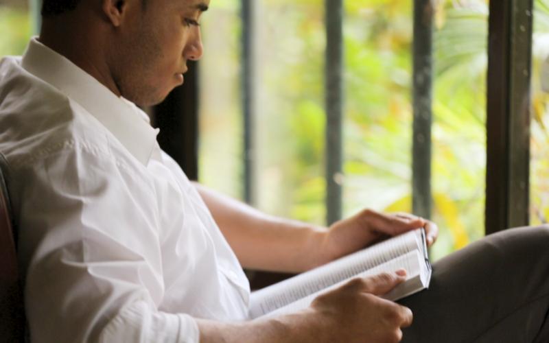 Un hombre SUD leyendo las escrituras