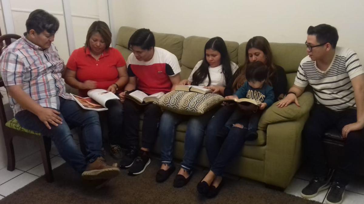 Una familia SUD estudiando en el programa 'Ven, Sígueme'