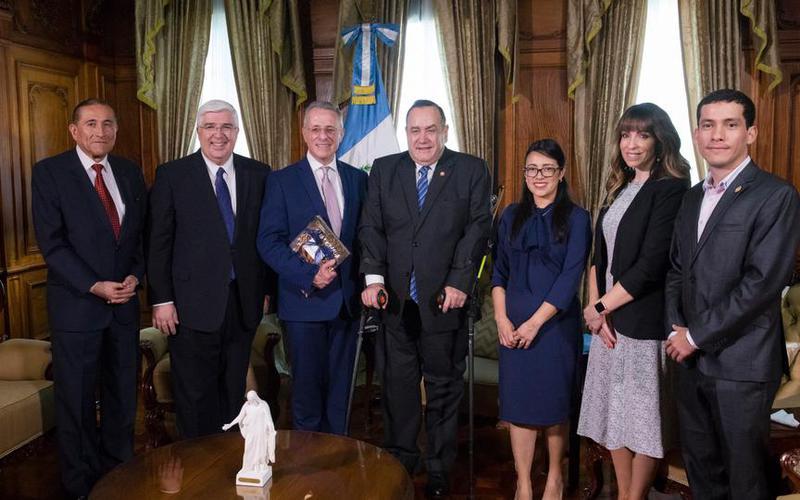 El élder Soares se reúne con el presidente de Guatemala