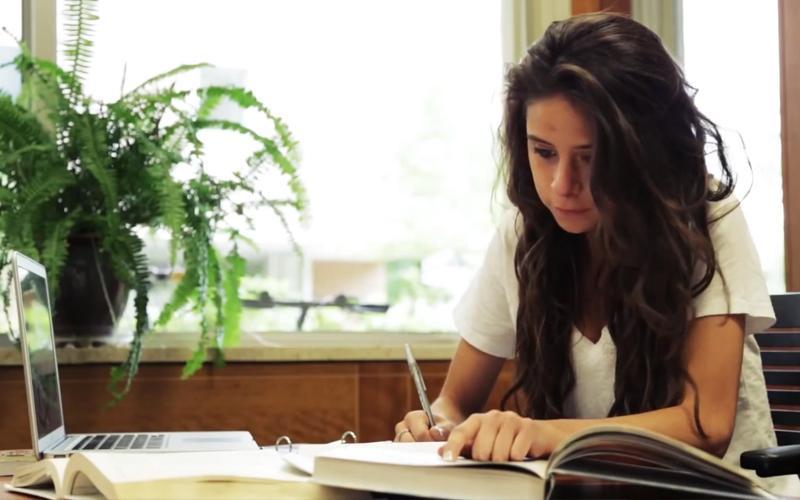 Mujer SUD escribiendo
