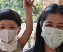 Άνθρωποι στην Κίνα που βοηθάνε με το κορωνοϊό