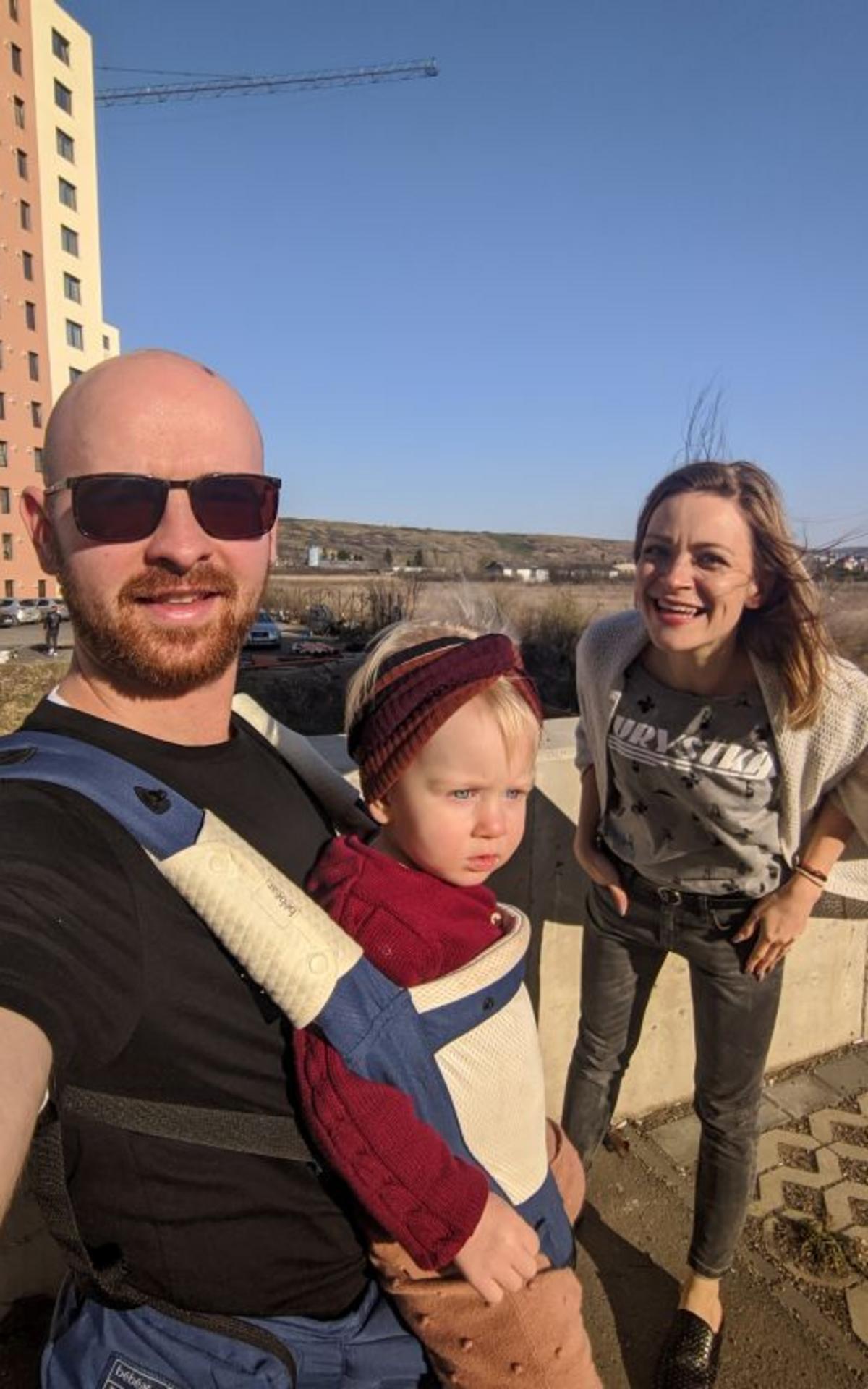 Η Ντομίνικα, ο σύζυγός της Ραντού και η κόρη τους Αμέλια περνούν χρόνο έξω