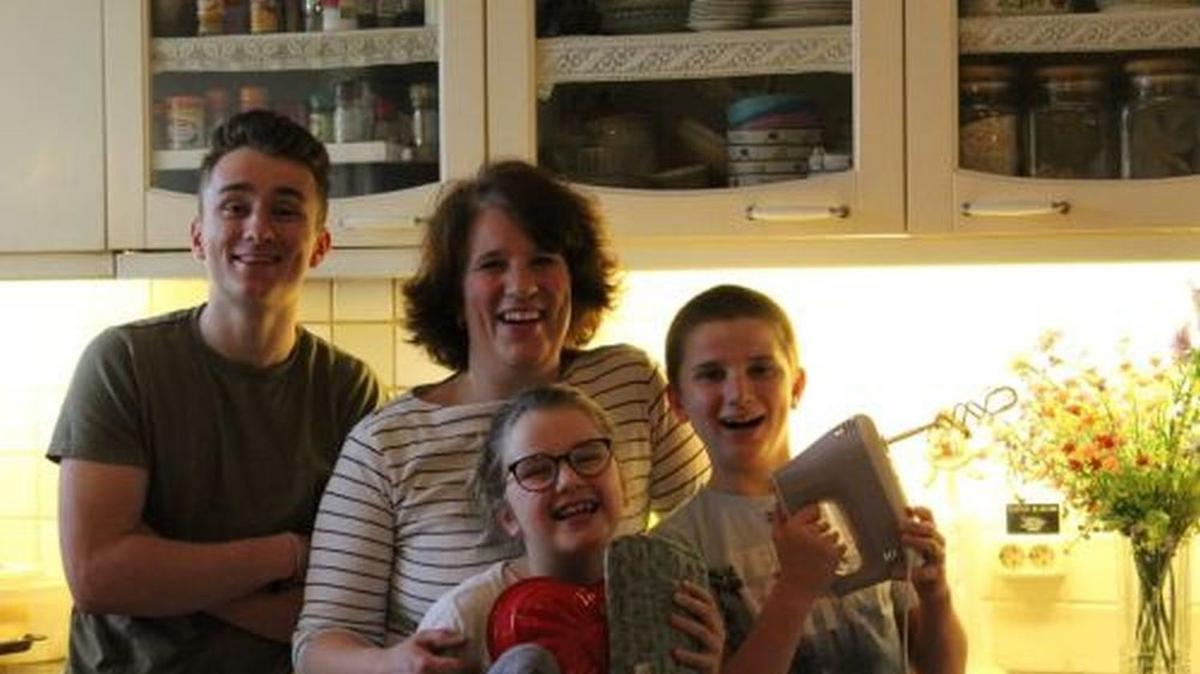 Η Ρενάτε μαγειρεύει με τα παιδιά της, ηλικίας 16, 11 και 8