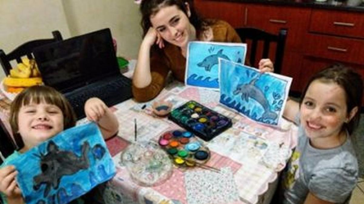 H Τζουλιάνα και τα παιδιά της δημιουργούν όμορφες ζωγραφιές