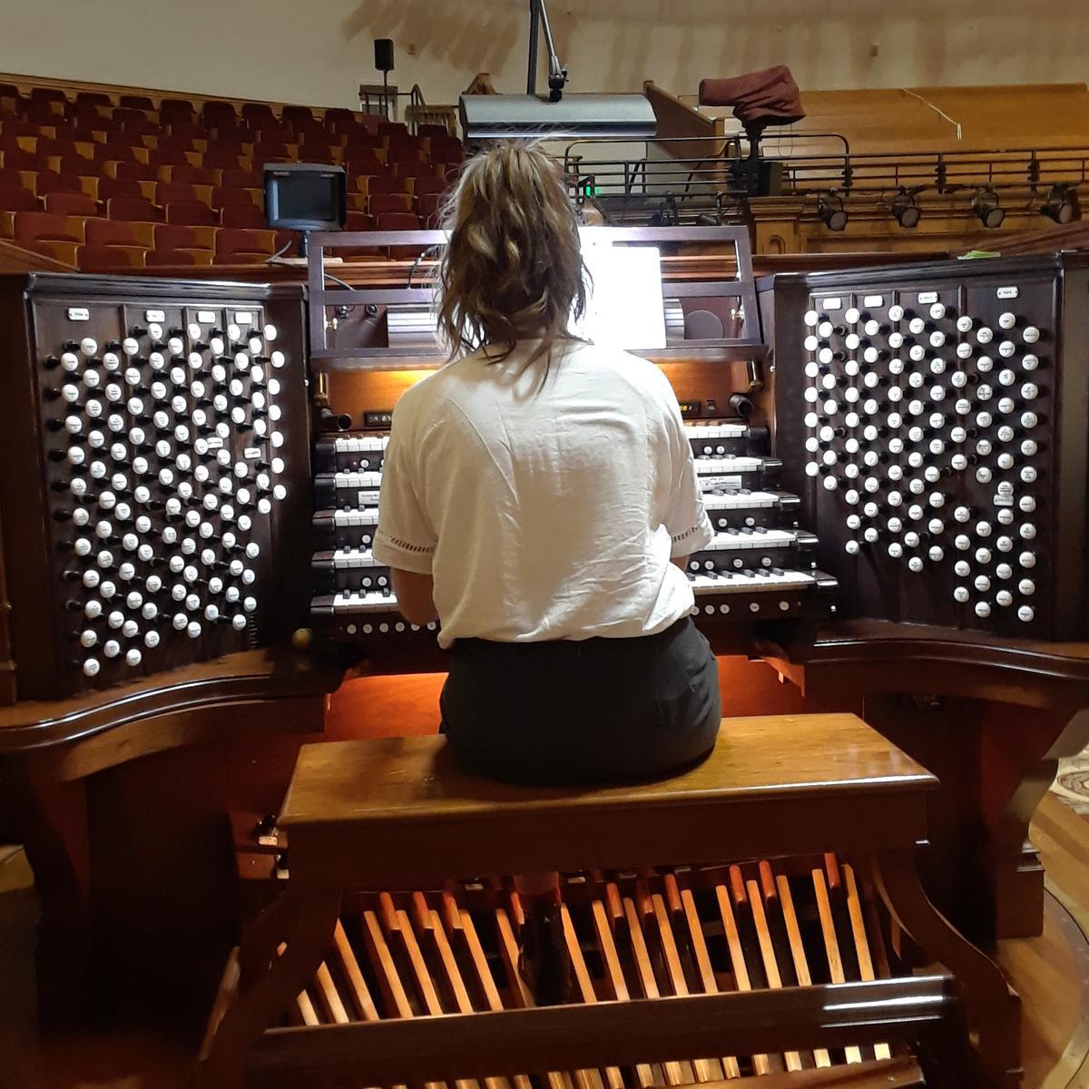 Við orgelið í gömlu ráðstefnuhöllinni, Tabernacle.
