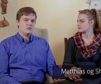 Matthías og Shira tala um þjónustu.