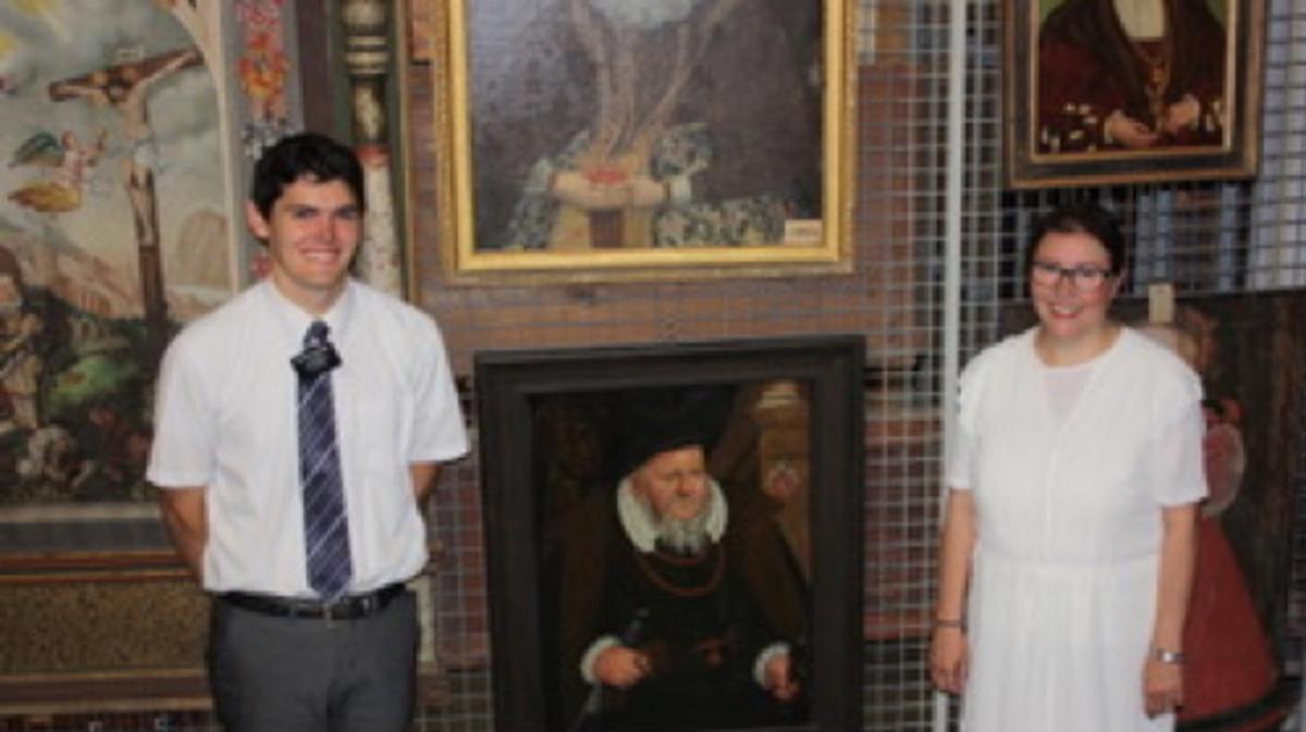 Anziano Paulsen e Mette con il ritratto del suo avo (13 generazioni) Balthasar Moser von Filseck