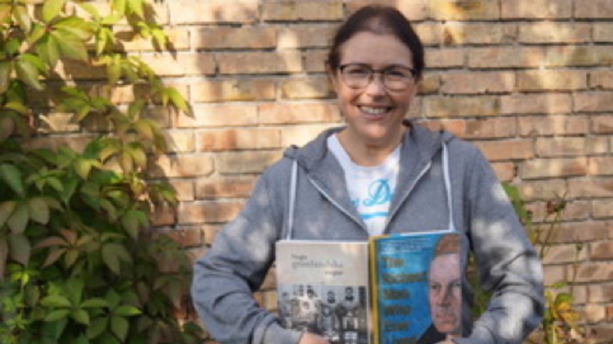 Mette con in mano due dei suoi libri di storia familiare