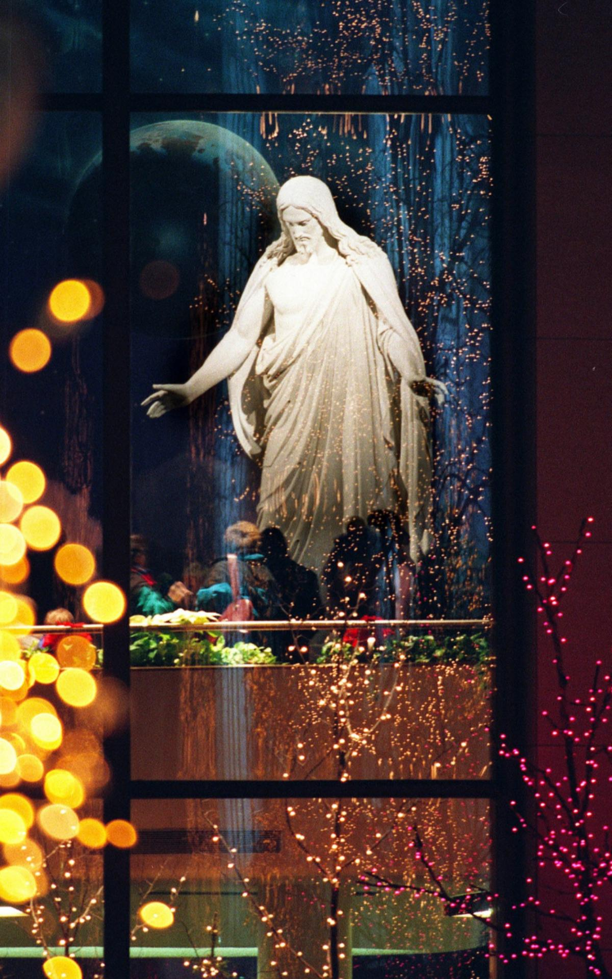 Статуя Христа и Рождественские гирлянды на Храмовой площади в Солт-Лейк-Сити. Фото приводится с любезного разрешения Church News.
