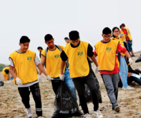 Jóvenes voluntarios limpiando una playa