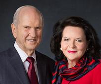 Presidente Russell M. Nelson y su esposa Wendy acompañados por el Élder Quentin L. Cook y su esposa Mary