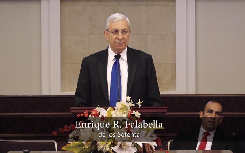 El Élder Falabella hablando en una capacitación