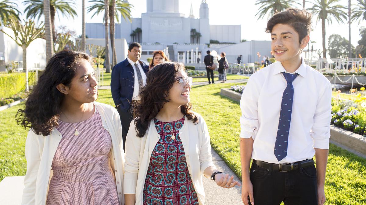 Jóvenes asistiendo al templo