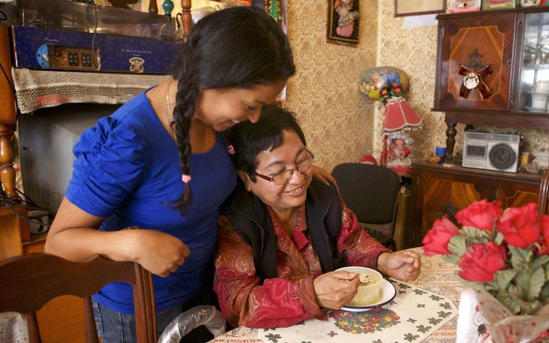 Una hija administrando a su madre