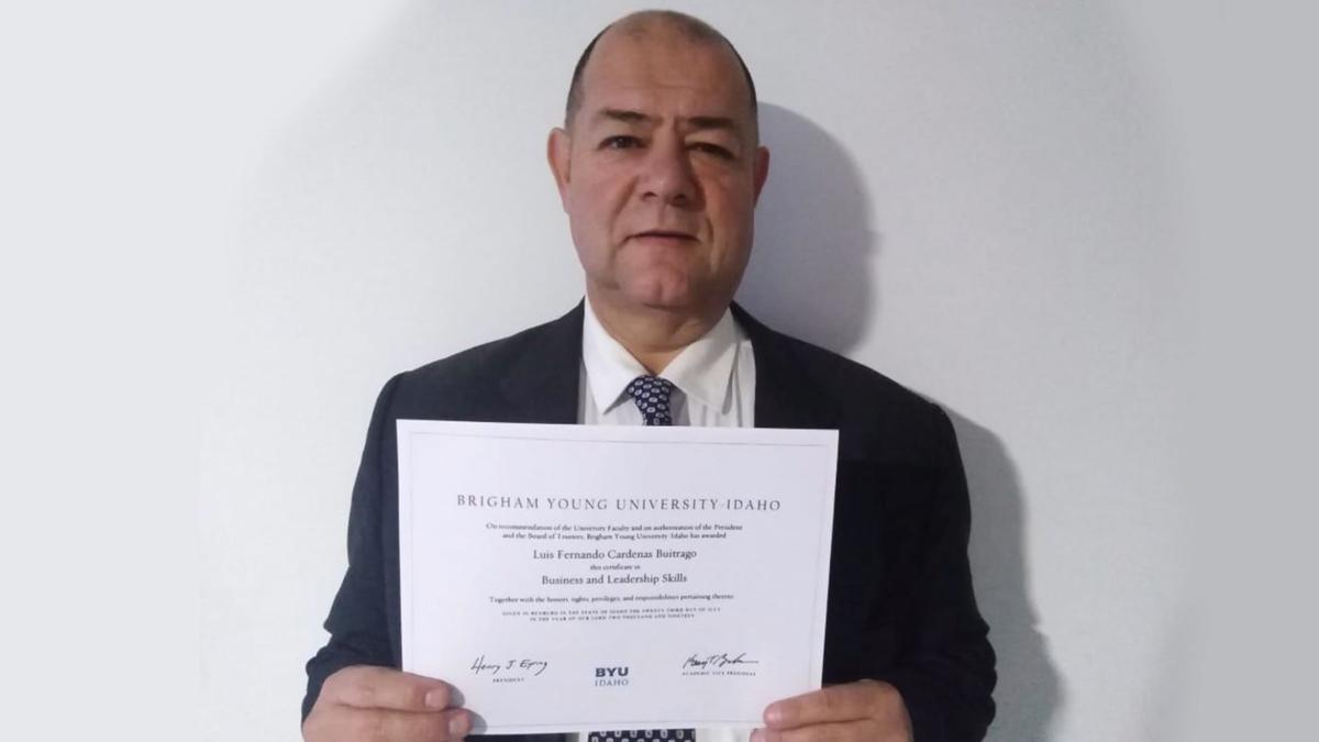 Luis mostrando su certificado de BYU