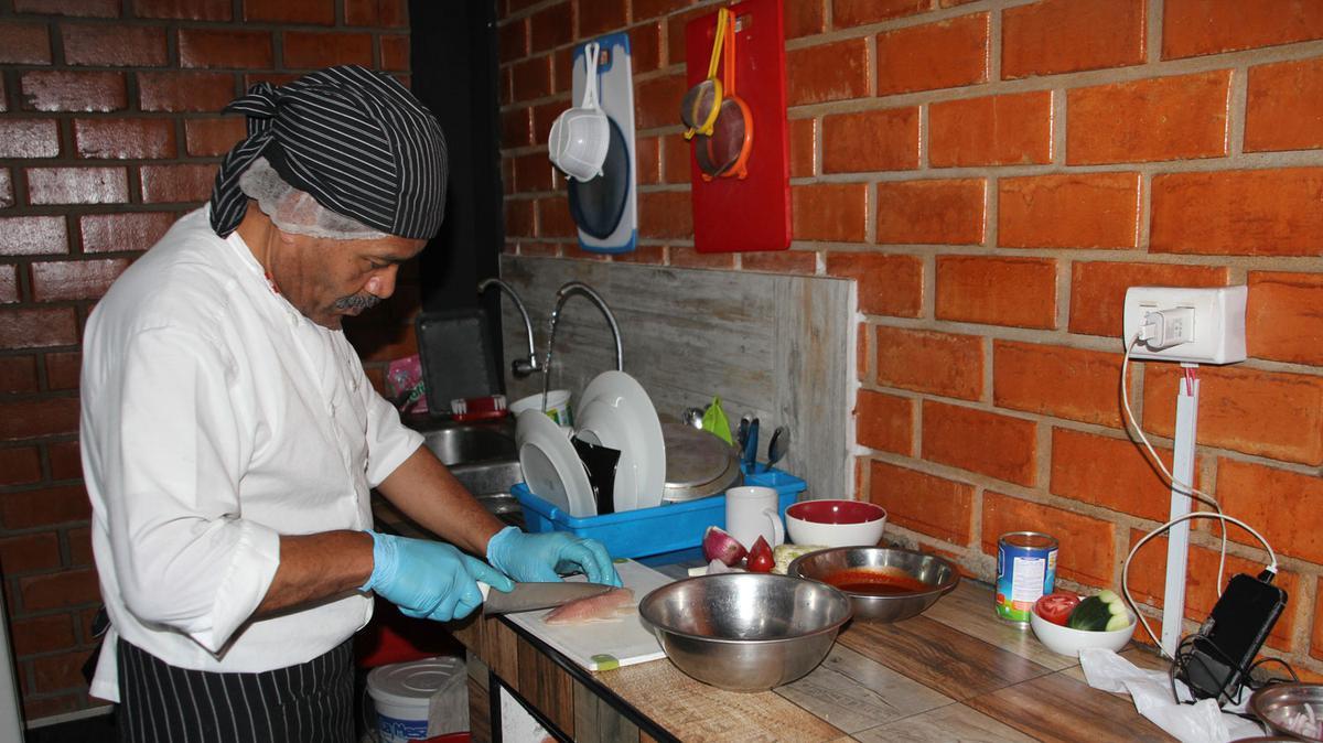 Foto de pedro cocinando