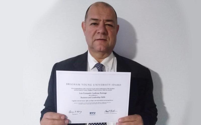 Hombre con certificado