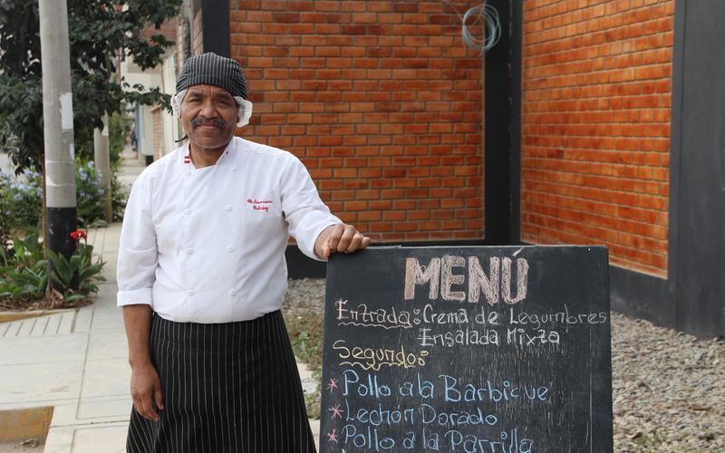 Pedro mostrando su menu