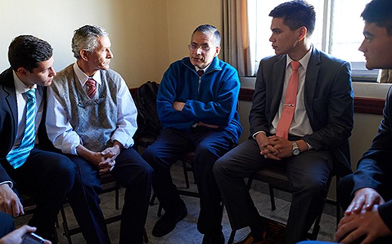 Un grupo del sacerdocio hablando del ministrar.