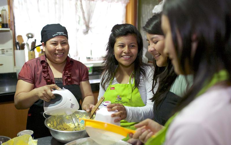 Una familia cocinando