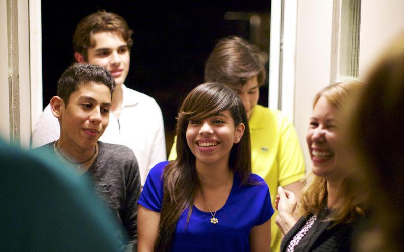 Jóvenes visitando un hogar de miembros SUD.