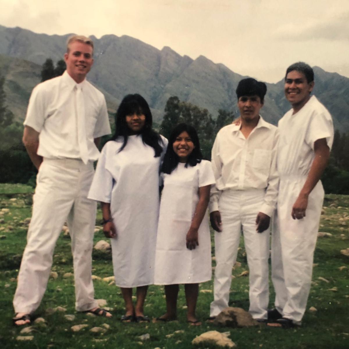 Davis Smith y la familia Sanchez en el día de su bautismo